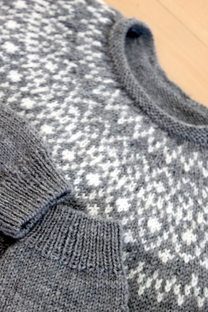 Laureus' Huron - pattern by Jared Flood (men's sizing) Very nice fair isle design and I love the gray/white in Laureus' version of this sweater.