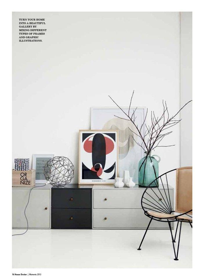 Mooie verzameling kunst op lage opbergkasten en draadstoel / House Doctor
