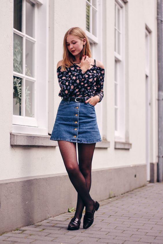 Blusa de manga com decote ombro a ombro, minissaia jeans com botões, meia-calça, loafer preto