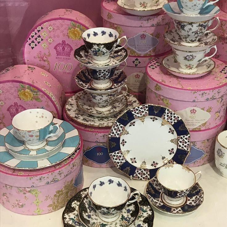 I am dreaming of a @royalalbertengland tea set. I think I am torn between the 1900 & 1910