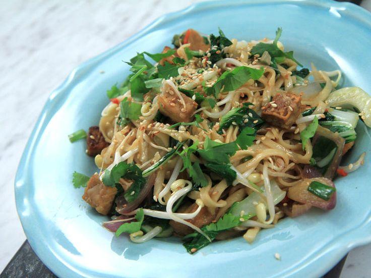Marinerad tofu med stekta nudlar och grönsaker