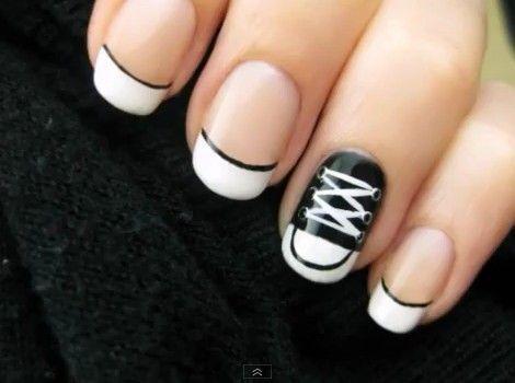 Egyszerű és nagyszerű: fekete-fehér manikűr - Sportosabb szereléshez tökéletes minta – főleg, ha a lábadon is hasonló cipő van.