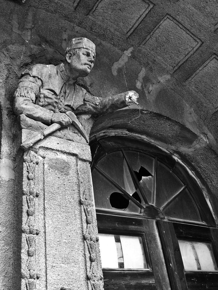 """detal architektoniczny przedstawiający górnika│dawny """"dom partii"""" przy ulicy Żeromskiego │ Bytom │ fot. Krzysztof Kazanowski"""