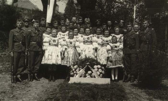 Odhalení pomníku padlým II. světové války 1950 z musejního fotoarchivu, Foto Křivda Hradcovice