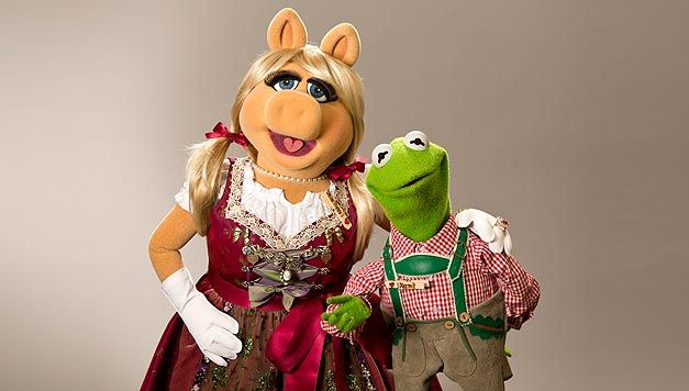 Miss Piggy and Kermit in costume - © 2014 The Walt Disney Company Hanna Boussouar folioscope.org