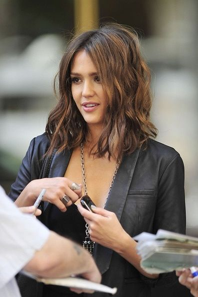 Perfect fall hair color/cut--> collar bone hair length with medium warm brown base color with natural looking caramel highlights.: Haircuts, Medium Length, Hairstyles, Hair Colors, Hair Cut, Jessicaalba, Hair Style, Long Bobs, Jessica Alba