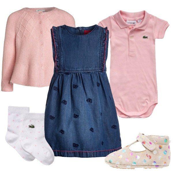 Outfit da neonata composto da vestitino in jeans decorato da farfalle, cardigan rosa, scarpine primi passi beige a pois colorati e set composto da body rosa e calzini bianchi a pois.