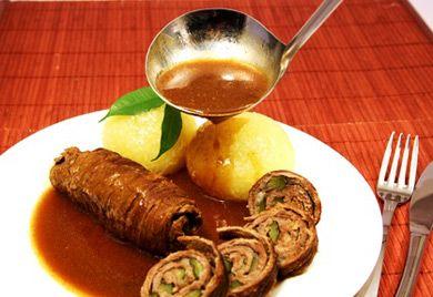 Die gefüllten Rindsrouladen in Rotweinsauce ergeben ein herzhaftes, festliches Gericht. Dieses Rezept für Rinderrouladen ist schnell zubereitet.