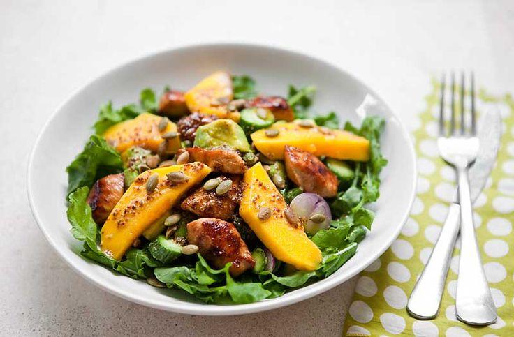 Салат из манго, авокадо и имбирной куриной грудки
