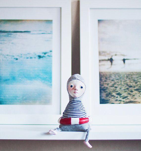 Zwemmer kunst doll - zee inspireerde Marine decor voor liefhebbers van de Oceaan.  Warme en zoute herinneringen.  De zwemmer is een vergadering pluche pop. Hij is ongeveer 13 cm hoogte. De zachte body is gemaakt van textiel. Gezicht en voeten geschilderd met acrylverf, pastels en aquarellen, verzegeld met beschermende vernis. Reddingsboei kan worden verwijderd (wanneer hij hoe om te zwemmen leert).  Deze kunst poppen hebben een veilige doos voor reizen. Zwemmers zijn voorzien van decoratieve…