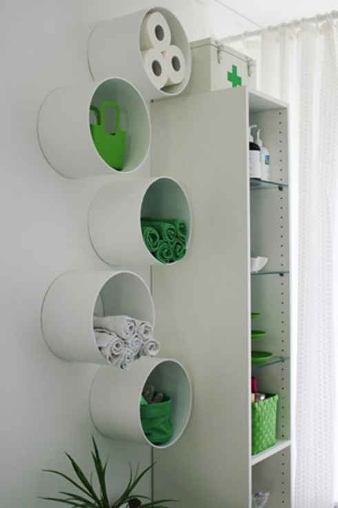 Voor een creatieve badkamer! #DIY #pvc buizen aan de muur als kleine #opbergruimte. Bij #Badkamermarkt kun je ook eens kijken voor planchetten om kleine dingen op te bergen. Nieuwsgierig? Klik dan op de afbeelding.