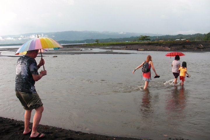 wandeling langs het strand Amurang-Lopana