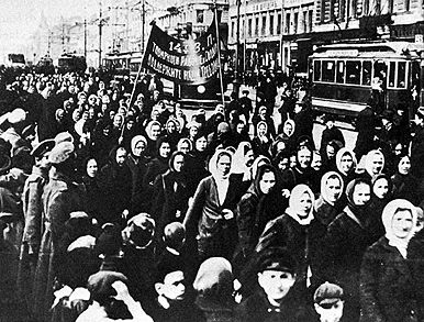 1905 Russian revolution: civilians marching for freedom and better living conditions