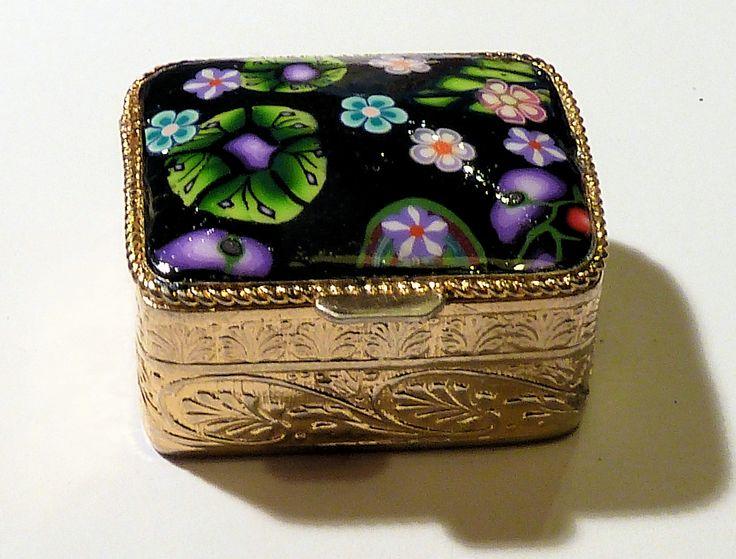 Boite à pilules rétro dorée et décoration en pâte polymère : Boîtes, coffrets par lavachequireve