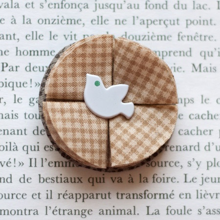 "1.7"" Fabric brooch 'Let me Fly' - $13.30  #broche #brooch #tissu #fabric #peachbanana"