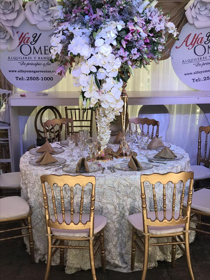 Mantel de rosetones color blanco Mesa de 1.80 12 pers Silla Napoleón dorada Seco: Escénica decoraciónes