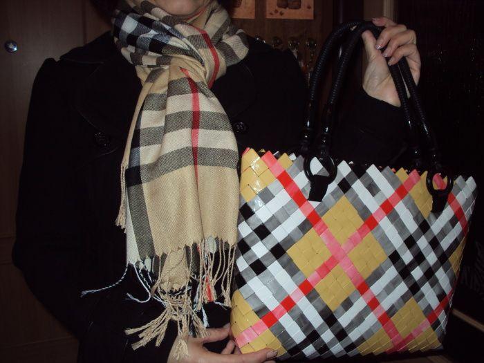 Kamarádka si koupila šálu a objednala si k ní kabelku.