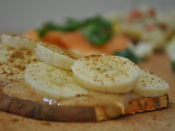 Süßer Süßkartoffel-Toast mit Erdnussbutter und Banane