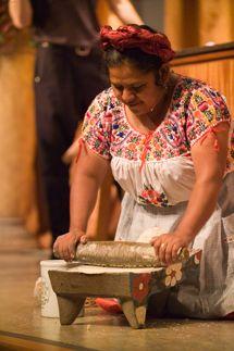 Mujer indígena mexicana, moliendo el nixtamal  (maíz cocido con cal con el que se hacen las tortillas) en un Metate de piedra. Tradición mexicana