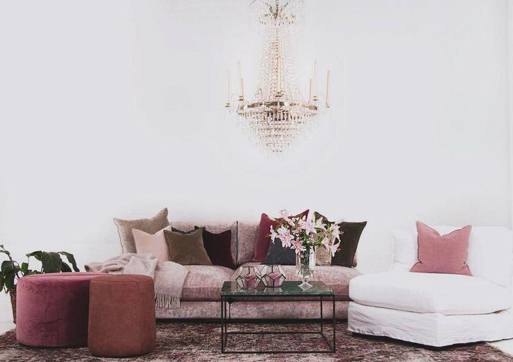 Rosa Mammuten modulsoffa i sammet. Bomullssammet, loveseat, djup, rymlig, modul, soffa, vardagsrum, fåtölj, linne, vit, pall, rund, kristallkrona, möbler, möbel, inredning.