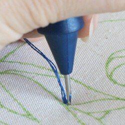 Deslice la punta de la aguja a través del tejido en aproximadamente la anchura de la aguja:tutorial.