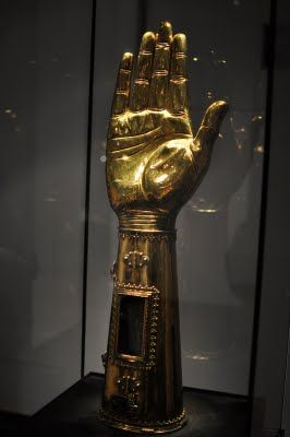 Rechterhand van Karel de Grote met een stuk van zijn bot in verwerkt!