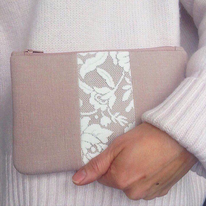 Puha, meleg pulcsi a hideg napokra és egy nőies, finom szín, kis csipkével megbolondítva.   Warm sweater and feminine colors #handmadepapheni #neszeszer #egyeditaska #kézművestermékek #mik #ikozosseg #cosmeticbag #handmade #uniquebag