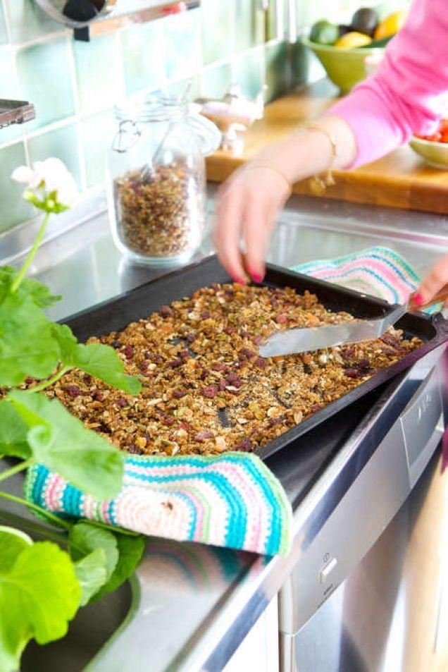 """Ebba von Sydow och hennes syster Amy von Sydow Green har skrivit kokbok ihop. Här kommer bästa receptet på granola! """"Det här blir en rejäl laddning granola (ugnsrostad knaprig müsli). Varva med..."""