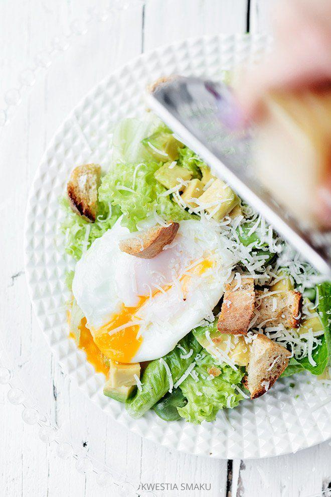 Sałatka z awokado, bobem i jajkiem