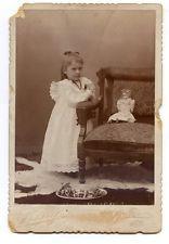 Девочка в длину женой кружевное платье с старинная фарфоровая кукла, фотографии на King, свинцовый блеск, IL