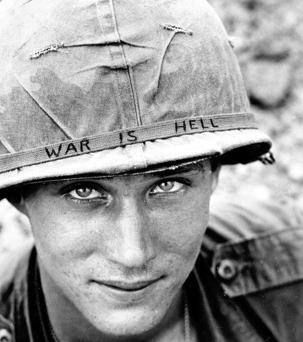 Un soldat inconnu pris en photo durant la Guerre du Vietnam. Sur son casque est écrit : ''La Guerre c'est l'Enfer''