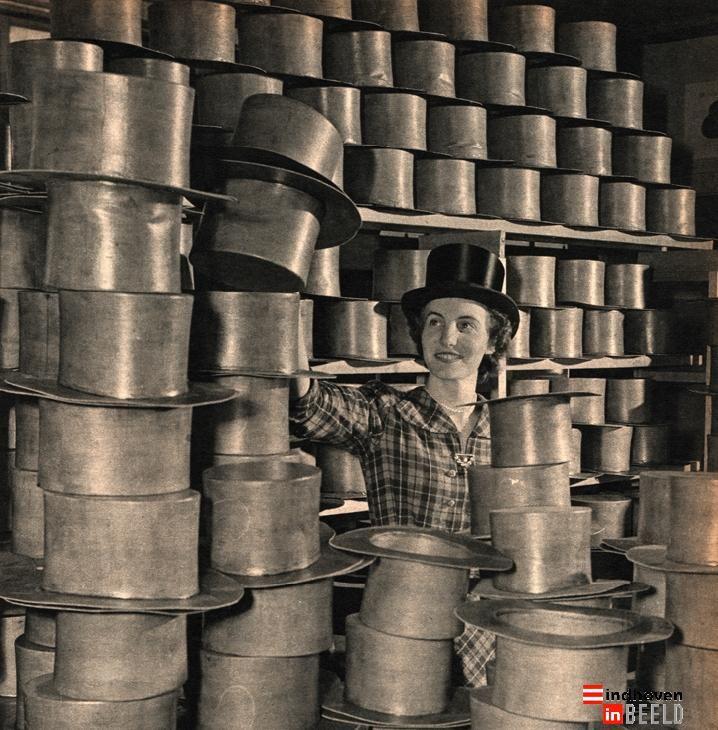 1951, de productie van hoge zijden hoeden bij de firma Spoorenberg.