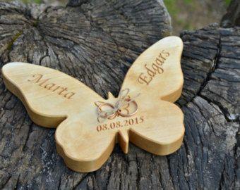 Deze gepersonaliseerde hout trouwring aan toonder kussen is een perfecte rustieke bruiloft decor. De houder van de rustieke trouwring is gemaakt van alle natuurlijke Baltische berk gegraveerd met een persoonlijke tekst. Dit hout decor zullen een prachtige houten ring-kussen op uw trouwdag.  ABN Deze houten ring-drager is op bestelling gemaakt. Bij het plaatsen van de bestelling, laat ons dan het bericht de tekst dat u zou willen hebben gegraveerd op het houten hart. Onze productietijd voor…
