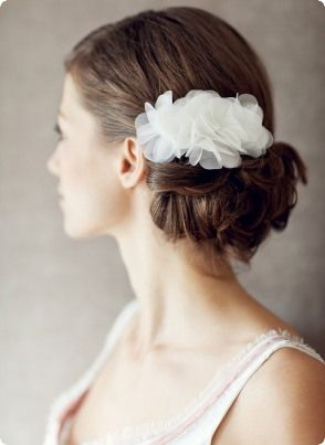 Der Nackenknoten ist klassisch und wirkt mit einer Seidenblüte von BelleJulie besonders feminin. Foto: Birgit Hart