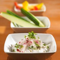 Starter: Quark-buttermilk cream with sprouts and radishes #gelatine #GME #sidedishes ©gettyimages