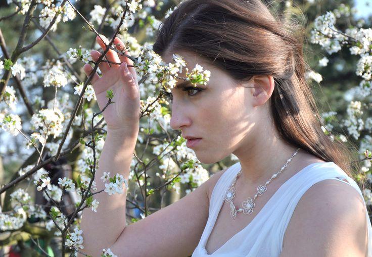 Dame de perles: Elinor - náhrdelník Ag 925/1000 Dame de perles je kolekcí okouzlenou říčními perlami, wire-wrappingem, elegancí a romantikou. Snově vílí šperky určené nejen pro svatební den! Svatební náhrdelník inspirovaný Elinor Dashwoodovou, hrdinkou z knihy Pýcha a předsudek od Jane Austen. Náhrdelník je vytvořený náročnou drátovací technikou wire-wrapping ze ...