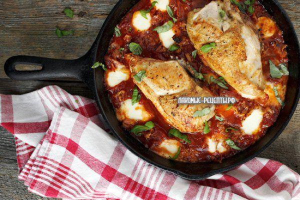 Курица в томатном соусе с моцареллой и панчеттой
