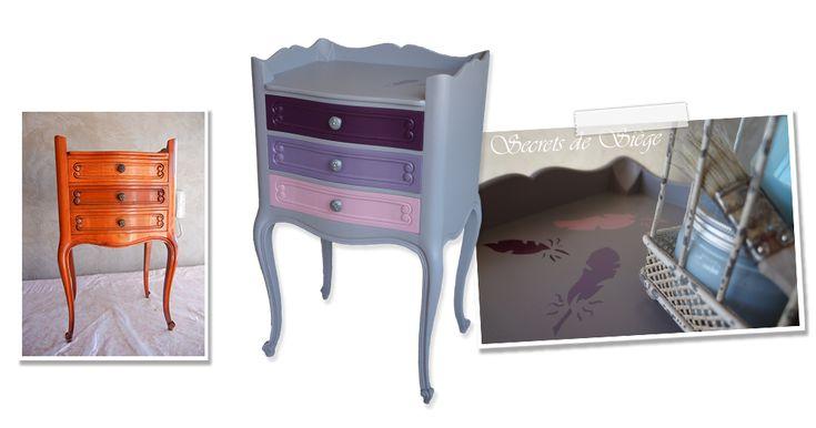 Chevet relooké en gris avec des tiroirs coordonnés en rose, parme, aubergine. Accompagnés de pochoirs plumes.