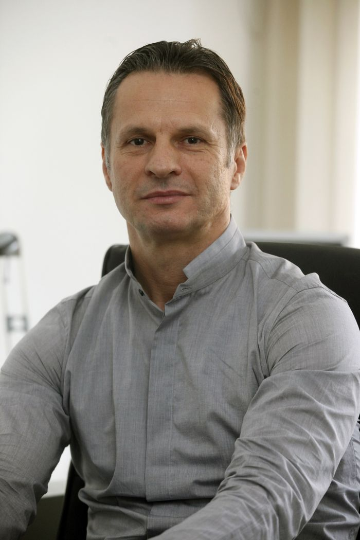 Dr. Tóth Lajos Barna, a nyíregyházi Jósa András Oktatókórház orvos igazgatója az egyetlen Magyarországon, aki onkológiai sebészként speciális eljárással segíti olyan daganatos betegek túlélését, akikről a szakma szinte már lemondott. Olasz és amerikai professzoroktól tanulta a különleges műtéti beavatkozást.