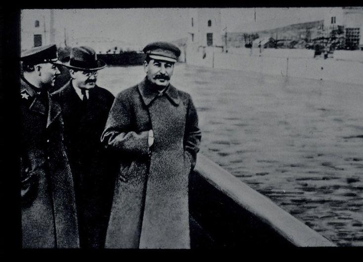 Josif Stalin con Voroshilov e Molotov, Mosca, anni 1940 Stampe digitali da stampa fotografica originale Musée de l'Élysée, Losanna  http://www.ilpost.it/2011/05/09/foto-controverse-alinari/alinari5/