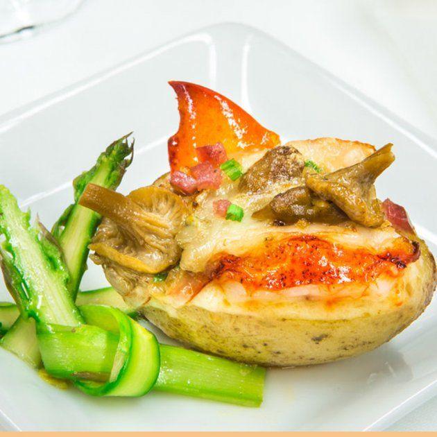 Pommes de terre farcies au crémeux d'Oka à l'ail confit, fricassée de homard et de champignons sauvages, rubans d'asperges aux herbes fraîches et au citron