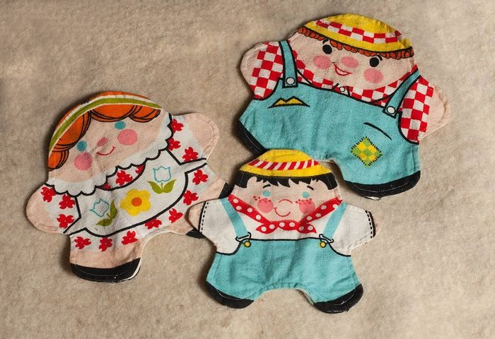 Auction item 'Vintage Printed Fabric Family Hand Puppet Set' hosted online at 32auctions.