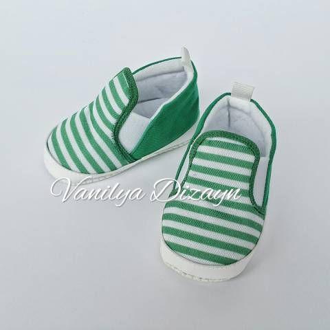 Yeşil beyaz çizgili bağcıksız sneaker tarzı bebek patiği. sneakers, bebek converse, bebek ayakkabı