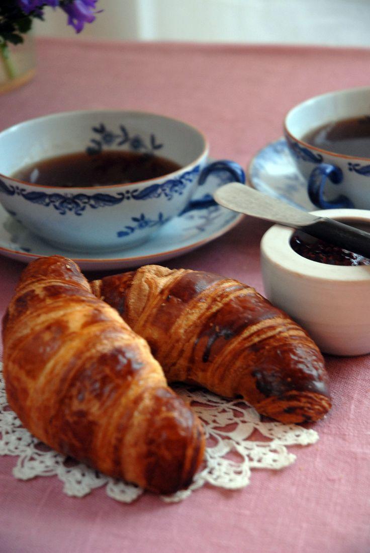 Croissant på färdig smördeg, ett superenkelt recept på frasiga croissanter. Croissanter smakar lika bra till frukost som till dessert, här är receptet.
