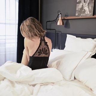 Morning at @hotellouvois_paris  on a super bien dormi ! Si bien que quand le réveil a sonné j'ai cru qu'on était encore au milieu de la nuit ! Maintenant, petit dej ! 🥐 #hotel #Paris #paris2