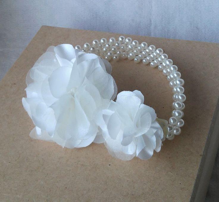 Porta coque com duas flores camélia de organza cristal e cetim cor offwhite. com manta de pérolas marfim.  Também disponível na cor branca.