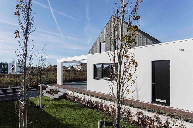 Majitelé si postavili rustikální chalupu a minimalistický dům v jednom.