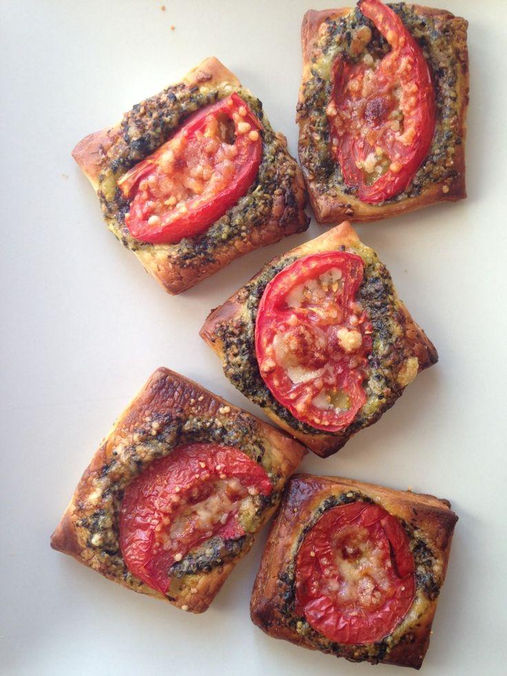 Быстрая закуска из слоеного теста, помидоров и песто