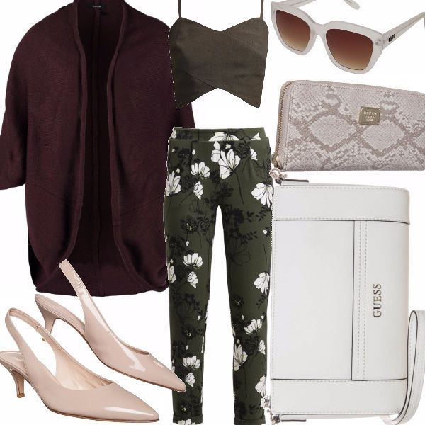 Sofisticato outfit primaverile che vede protagonisti colori elegantissimi come il bianco sporco e il verde oliva scuro, abbinati al motivo floreale del pantalone, che dona all'intero look un gusto unico.