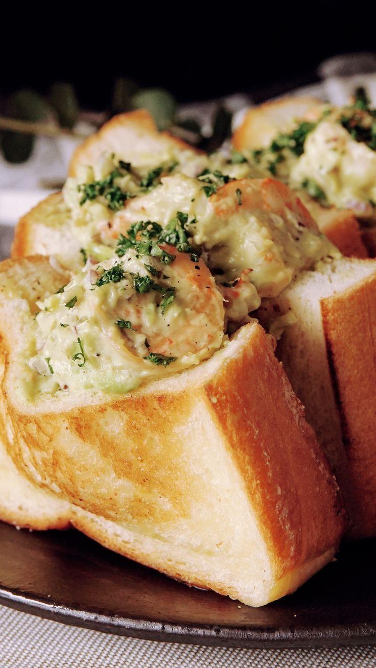 ビデオ指示付きレシピ: たっぷり入った具が贅沢なシュリンプロール♪ピクニックはこれで決まり! 材料: 食パン(4枚切り) 2枚, バター 20g, ., 海老 15尾, バター 5g, 白ワイン 10cc, 塩 少々, ブラックペッパー 少々, アボカド 1/2個, 紫玉ねぎ 1/4個, マヨネーズ 大さじ1, ., 《レモンドレッシング》, オリーブオイル 小さじ1, レモン汁 小さじ2, 塩 少々, ブラックペッパー 少々, 砂糖 少々, ., パセリ